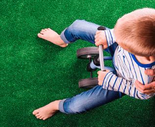Przyjazny dzieciom dywan z trawy z miękkimi włóknami