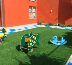Realistisch en kindvriendelijk nepgras speelveld speeltuin