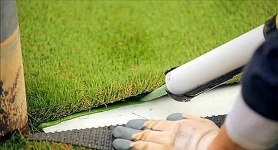 Nepgras kunstgrasstroken lijmen in tuin